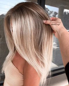 Stylish balayage hair colors for dark roots to try out in it . - Stylish balayage hair colors for dark roots to try out in out - Blonde Hair Looks, Brown Blonde Hair, Dark Hair, Blonde Dark Roots, Blonde Brunette, Blonde Straight Hair, Sand Blonde Hair, Silver Blonde, Icy Blonde