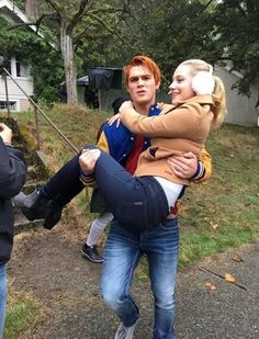 Archie Andrews with Betty Cooper, Lili Reinhart and KJ APA. Behind of the scene in Riverdale Kj Apa Riverdale, Watch Riverdale, Riverdale Funny, Riverdale Memes, Riverdale Poster, Riverdale Aesthetic, Riverdale Archie And Betty, Archie Comics Riverdale, Riverdale Betty And Jughead