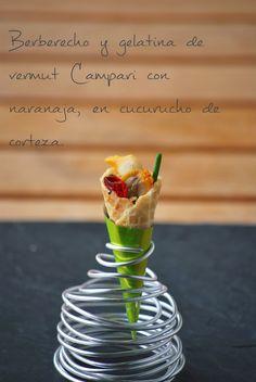 fresa & pimienta: Berberecho con gelatina de vermut Campari y naranja, en cucurucho de corteza.