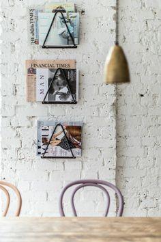 porte revue ikea en fer noir pour la salle de séjour table en bois clair