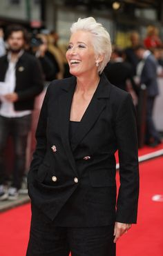 Emma Thompson, is embracing her white hair – and she looks absolutely gorgeous - Haar Ideen Short White Hair, Dark Red Hair, Grey Hair, Blue Hair, Emma Thompson, Ombre Highlights, Grey Balayage, Twist Cornrows, Mohawk