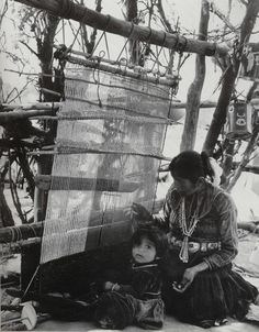 Navajo woman and child at weaving loom by leona Navajo Weaving, Navajo Rugs, Inkle Loom, Loom Weaving, Tablet Weaving, Textiles, Navajo Women, Navajo People, Arte Tribal