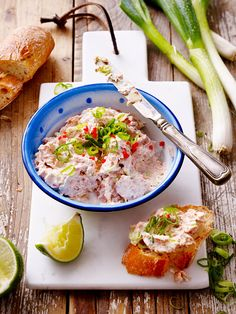 Tuna cream cheese dip - So easy, sooooo delicious! Cheese Appetizers, Appetizer Dips, Healthy Appetizers, Appetizer Recipes, Dip Recipes, Snack Recipes, Dinner Recipes, Healthy Recipes, Party Food And Drinks
