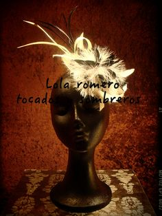 Tocado Flor de nácar marabú. Realizado a mano en fibra natural de sinamay cubierto de plumas de marabú, gallo peladas y oca. Elegante y sofisticado.