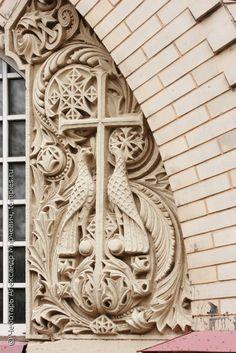Фрагмент декора (процветший крест) Казанской церкви в Воскресенском Новодевичьем монастыре, Санкт-Петербург. Фотография.