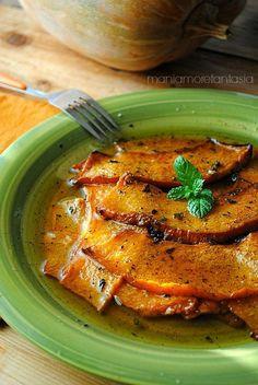 La zucca in agrodolce è una preparazione tipica siciliana da leccarsi i baffi. Anzi... vi suggerisco di tenere a portata di... piatto taaaanto buon pane!