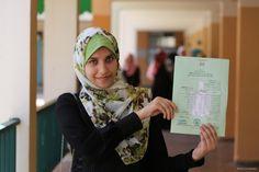Ribuan Siswa SMA di Palestina Rayakan Kelulusan Mereka  Foto: MEMO/Mohammed Asad  LONDON Rabu (Middle East Monitor): Sekitar 65% siswa Palestina yang menempuh ujian menengah umum Tawjehi lulus tahun ini. Demikian ungkap Menteri Pendidikan Sabri Saydam kemarin (12/7). Dalam sebuah konferensi pers di Ramallah Sabri Saydam mengatakan para siswa yang mempelajari sains telah melakukan upaya terbaik dan meraih angka kesuksesan 85 persen.  Mohammad Al-Haddad meraih nilai rata-rata 99.6 persen…