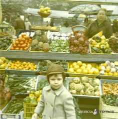 """""""Il banco di frutta di mia nonna Lina"""" - Piazza Rovetta - 1972 http://www.bresciavintage.it/brescia-antica/storie-di-persone/il-banco-di-frutta-di-mia-nonna-lina-piazza-rovetta-1972/"""