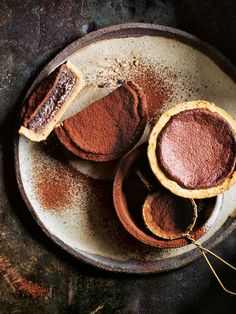 These individual earl grey chocolate chess pies from Donna Hay magazine& issue are indulgent and delicious. Mini Desserts, Just Desserts, Chocolate Chess Pie, Chocolate Desserts, Chocolate Tarts, Tart Recipes, Sweet Recipes, Dessert Recipes, Sweet Pie