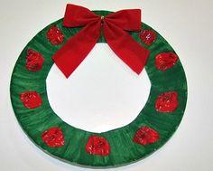 Kerstkrans van de rand van een kartonnen bordje
