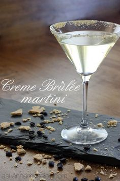Creme Brûlée Martini - it's like dessert but without all the calories : askannamoseley Non Alcoholic Drinks, Bar Drinks, Cocktail Drinks, Yummy Drinks, Cocktail Recipes, Vanilla Vodka Drinks, Baileys Drinks, Bourbon Drinks, Gourmet