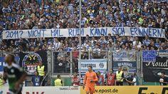 Dieses Plakat, eine Anspielung auf das Schalker 5:0 im Pokalfinale 2011, zeigten die Duisburger Fans während der Partie