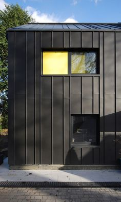 Varying module adds texture MiCasa by Stephen Davy Peter Smith Architects/ Kings Langley, UK Metal Facade, Metal Siding, Modern Architecture House, Facade Architecture, Modern House Design, Zinc Cladding, Exterior Cladding, Black House Exterior, Modern Barn
