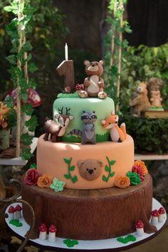 Para comemorar o aniversário de 1 ano do Bernardo, Mara Germano não poderia ter escolhido um tema mais fofo e que rende uma decoração linda: um bosque cheio de bichinhos da floresta, cogumelos, árvores