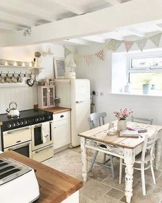49 Smart Small Cottage Kitchen Design Ideas - Page 22 of 49 Small Cottage Kitchen, Cottage Kitchens, Country Kitchen, Home Kitchens, Small Cottage Interiors, Top Country, Cute Kitchen, New Kitchen, Vintage Kitchen