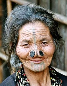 Forget the tribe of indigenous people this women belongs to. The tribe wears plugs in their nostrils in such a way it disfigures their nostrils. It was originally done to scare of potential rival tribesmen and the like Не успя. We Are The World, People Around The World, Star Tattoos For Men, The Face, Tribal People, Many Faces, Body Modifications, World Cultures, Interesting Faces