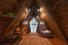 Деревянная отделка внутри треугольного дома