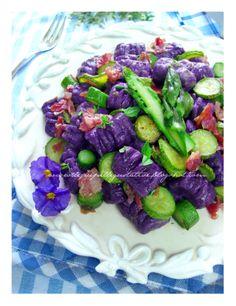 Gnocchi di patate viola con zucchine asparagi e pancetta