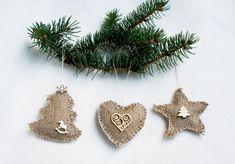 Il s'agit d'une toile de jute arbre de Noël ornement lot 3, une étoile, un arbre de Noël et un coeur. Vous pouvez l'utiliser comme décoration de Noël, décoration pour votre chambre, comme décoration de pendaison de crémaillère. Mesures environ : Etoile 8 x 8 cm, 3, 15 x 3, 15 pouces
