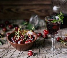 Nalewka czereśniowa przepis.  Przepisy na nalewki domowe.  Tincture recipes Herbal Tinctures, Herbalism, Cherry, Fruit, How To Make, Food, Parisian, Outdoor, Liquor