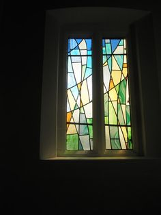 Modern_stained_glass_window_on_the_south_wall_at_St_Wilfrid's,_Cowplain_(2)_-_geograph.org.uk_-_1307991.jpg (480×640)