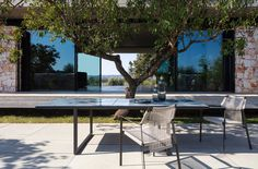 Nodi armchair designed by Yabu Pushelberg Outdoor Dining, Outdoor Tables, Outdoor Spaces, Outdoor Decor, Dining Tables, Drop Lights, Table Haute, Furniture Collection, Led Lamp