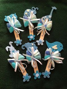 Ciao ragazze,vi faccio vedere come una mamma ha confezionato le mie bomboniere per il battesimo del suo bimbo...  Secondo me con i confetti colorati fanno un figurone!  Non sono bellissime??   Devo di