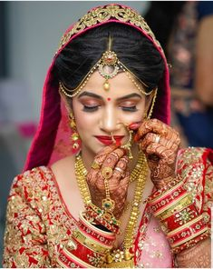 Looking for pearl mathapatti and nose ring? Browse of latest bridal photos, lehenga & jewelry designs, decor ideas, etc. Indian Wedding Poses, Indian Bridal Photos, Indian Bridal Makeup, Indian Wedding Jewelry, Indian Weddings, Bridal Jewellery, Indian Wedding Couple Photography, Bridal Photography, Fashion Photography