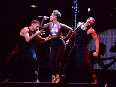 Alicia Keys com dançarinos em show em São Paulo