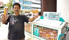 Selling traditionally: a Tan Ek Tjoan bread seller using a bicycle cart shows customer favorites roti gambang on his rig. Bicycle Cart, Dutch East Indies, Dutch Colonial, Bogor, Indonesian Food, Bakery, Bread, Travel, Viajes