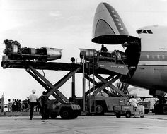 Boeing 747 Clipper Cargo loading jet engines for Pan Am 707's. pic.twitter.com/IgM7JvDOTe