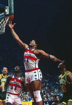 June 1978 - The Washington Bullets traveled to Seattle and defeated the… Basketball Legends, College Basketball, Basketball Players, Washington Wizards, Nba Mvps, Nba Arenas, James Worthy, Nba Stephen Curry, Football