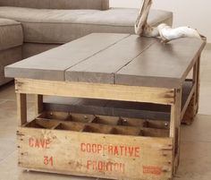 <p>Table basse réalisée avec deux vieux casiers à bouteilles en bois et de simples planches de coffrage.</p>