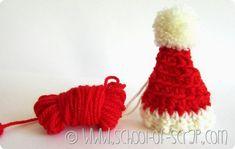 DECORAZIONI DI NATALE: CAPPELLI DI BABBO NATALE DA APPENDERE ALL'ALBERO  #crochet #uncinetto #christmas