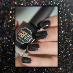 Un noir profond, une texture veloutée divine et des particules holographiques pétillantes : Pretty in Ink, c'est tout cela à la fois, dans un seul flacon !   Crédit photo : detoutetderien - https://www.instagram.com/p/BNaKfblBENr/