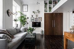 Уютная квартира с антресолью в Гетеборге  Рассматривая фотографии этой интересной квартиры в центре старого Гетеборга с трудом верится, что ее площадь всего 34 кв. м., настолько умело дизайнеры сумели организовать пространство и сделать его не только функциональным, но и светлым, уютным и просторным.