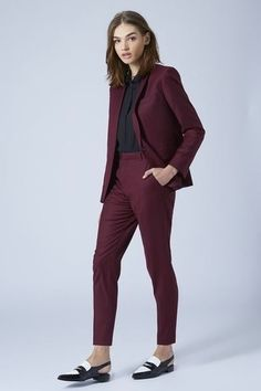 A burgundy blazer and burgundy dress pants are a go-to combo for many stylish women. For maximum style, add a pair of black and white leather loafers to this getup. Business Outfit Frau, Business Outfits, Business Attire, Business Suits For Women, Business Fashion, Business Casual, Business Formal, Business Professional, Costume Bordeaux