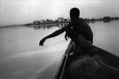 Abbas  MALI. Bamako. Ao nascer do sol, um pescador em seu barco no rio Níger. 1994.