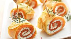 Roladki z łososiem - przepis, składniki i przygotowanie. Roladki z łososiem to delikatne danie, które nadaje się idealnie na przekąski na imprezę czy rodzinny, świąteczny obiad.