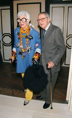 Legendary tastemaker, fashion and style icon Iris Apfel with her husband, Carl. Mature Fashion, Timeless Fashion, Vintage Fashion, 50 Y Fabuloso, Style Icons Inspiration, Eccentric Style, Advanced Style, Ageless Beauty, Glamour
