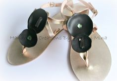 .....δερμάτινο χρυσό σανδάλι στολισμένο με δερμάτινα στοιχεία και κρύσταλλα......!