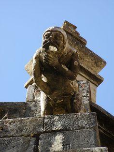 As gárgulas apresentam uma função primordial nos templos e igrejas católicas, que é servir de desaguadouros, ou seja, são calhas des...