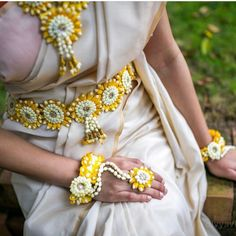 25 Ideas Floral Bridal Shower Dress Style For 2019 South Indian Bride, Indian Bridal, Flower Jewellery For Mehndi, Flower Jewelry, Bridal Jewellery, Flower Necklace, Gold Jewellery, Hindu Bride, Shower Dresses