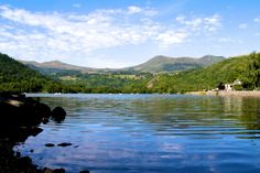 Lac Chambon - Département du Puy-de-Dôme - www.auvergne.fr Chambon, Picnic Time, Rhone, Belle Photo, Outdoor Living, To Go, Mountains, Monuments, Images