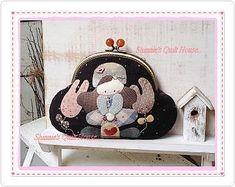 小九818_新浪博客 Fun Crafts, Diy And Crafts, Japanese Patchwork, Frame Purse, Key Covers, Coin Bag, Patchwork Designs, Quilted Bag, Sew On Patches