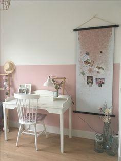 Leuke meidenkamer roze met wit en accent zwart. Halve muur geschilderd met oud roze en groovy magnets magneetbehang als poster.