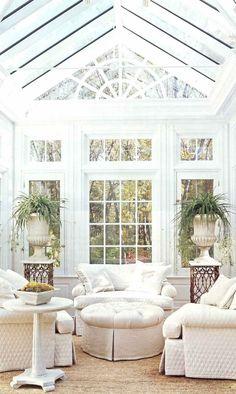 wunderschönen Wintergarten in Weiß mit Polstermöbeln