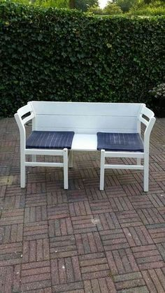 Nice bench with 2 chairs- Leuk bankje van 2 stoelen Nice bench with 2 chairs - Painted Outdoor Furniture, Bohemian Furniture, Repurposed Furniture, Furniture Styles, Furniture Design, Furniture Making, Home Furniture, Balcony Chairs, Headboard Benches