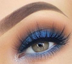 Tendências 2018 para salão de beleza: maquiagem colorida, maquiagem azul, sombra azul