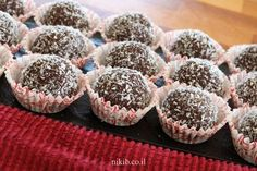 כדורי שוקולד לילדים / צילום : ניקי ב Cake Recipes, Dessert Recipes, Desserts, Chocolat Cake, Candy Melts, Diy Cake, Recipe Images, Mini Cakes, Cake Cookies